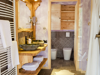 Wooden Chalets - Bathroom with double wash basin